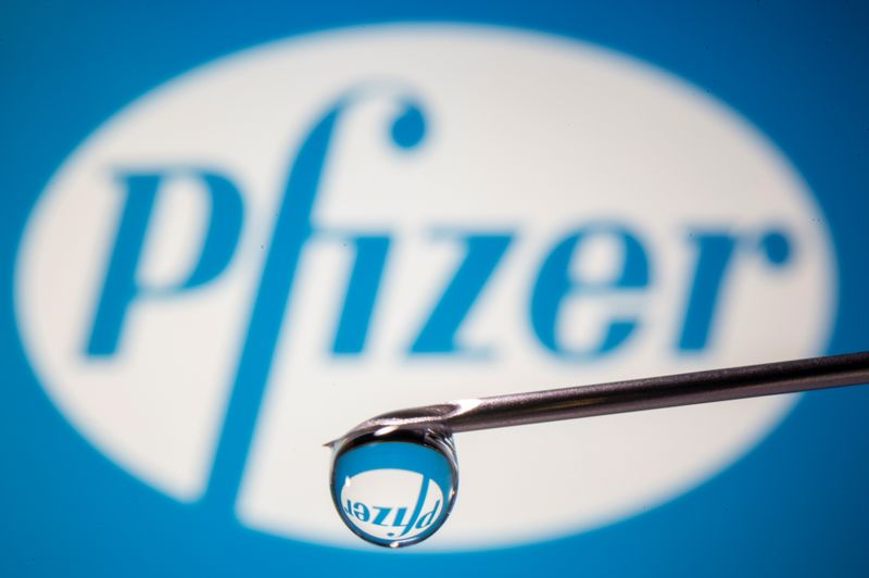 © Reuters. Pfizer's logo is reflected in a drop on a syringe needle in this illustration
