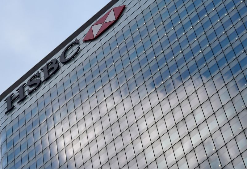 © Reuters. FILE PHOTO:  The HSBC headquarters is seen in the Canary Wharf financial district in east London