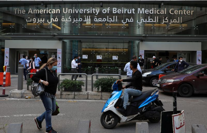 © Reuters. People walk outside the American University of Beirut (AUB) medical centre in Beirut