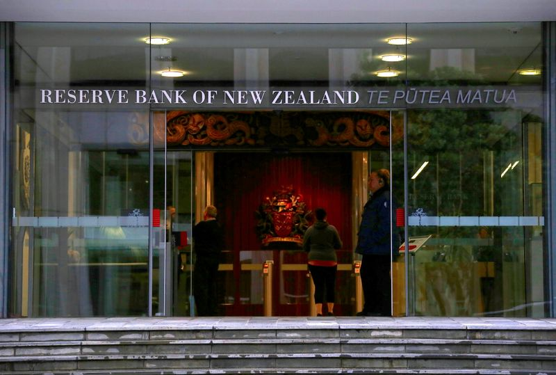 © Reuters. FILE PHOTO: A security guard stands in the main entrance to the Reserve Bank of New Zealand located in central Wellington, New Zealand
