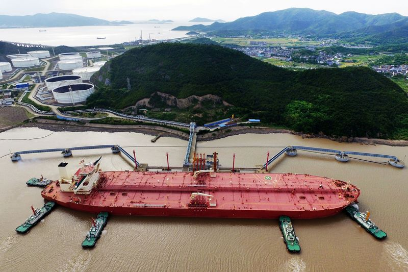 © Reuters. FILE PHOTO: Oil tanker is seen at a crude oil terminal in Ningbo Zhoushan port