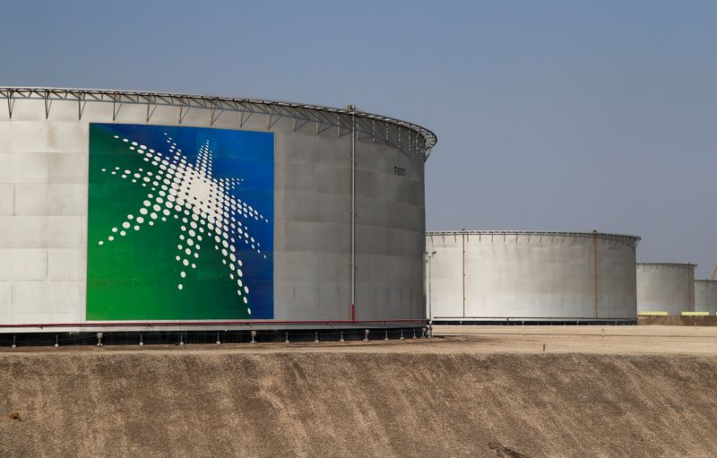 © Reuters. FILE PHOTO: A view shows branded oil tanks at the Saudi Aramco oil facility in Abqaiq