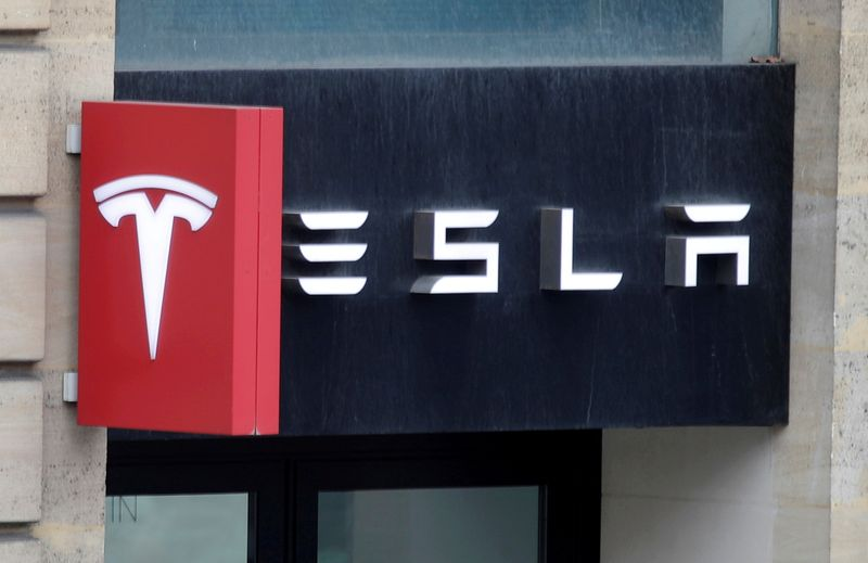 © Reuters. FILE PHOTO: Logo of Tesla