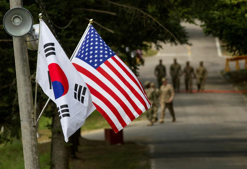 © Reuters. FILE PHOTO: American and South Korean flags at Yongin South Korea
