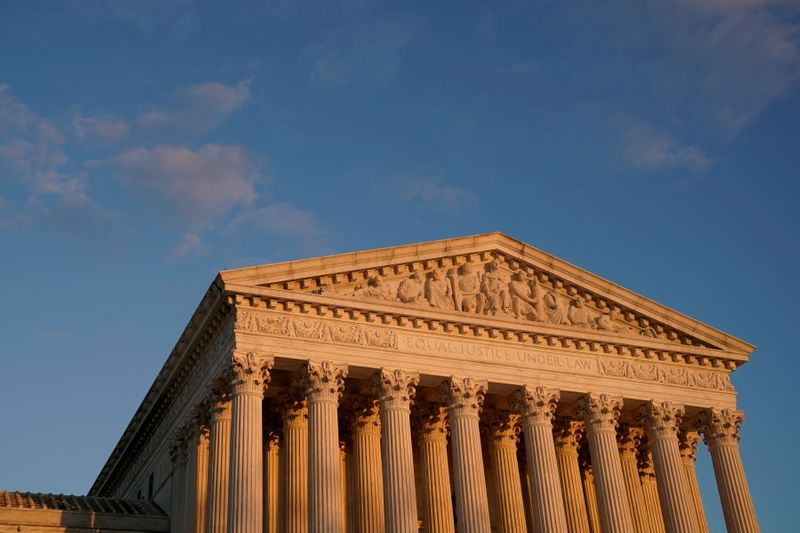 © Reuters. FILE PHOTO:  A general view of the U.S. Supreme Court building at sunset in Washington