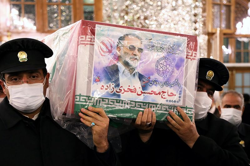 © Reuters. Servants of the holy shrine of Imam Reza carry the coffin of Iranian nuclear scientist Mohsen Fakhrizadeh, in Mashhad