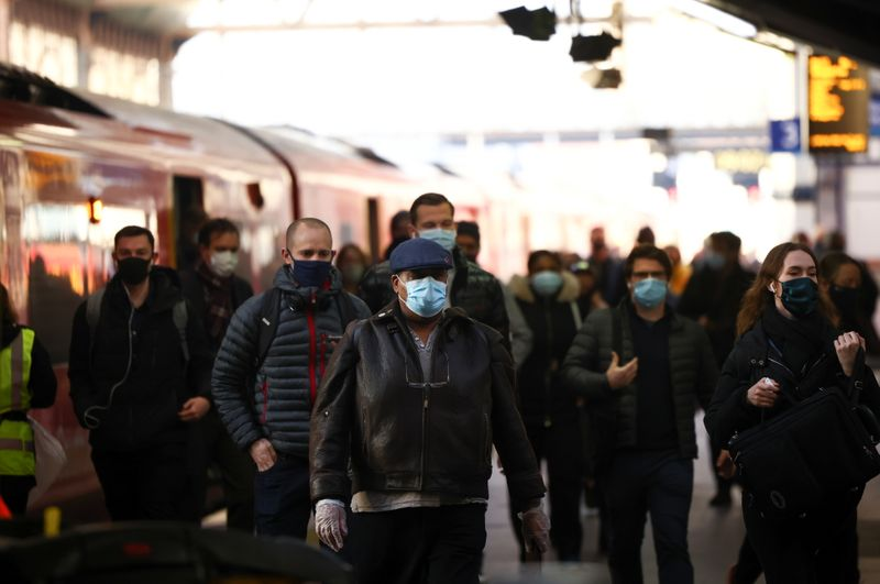 © Reuters. People walk along a train platform at Waterloo station, amid the coronavirus disease (COVID-19) outbreak, in London