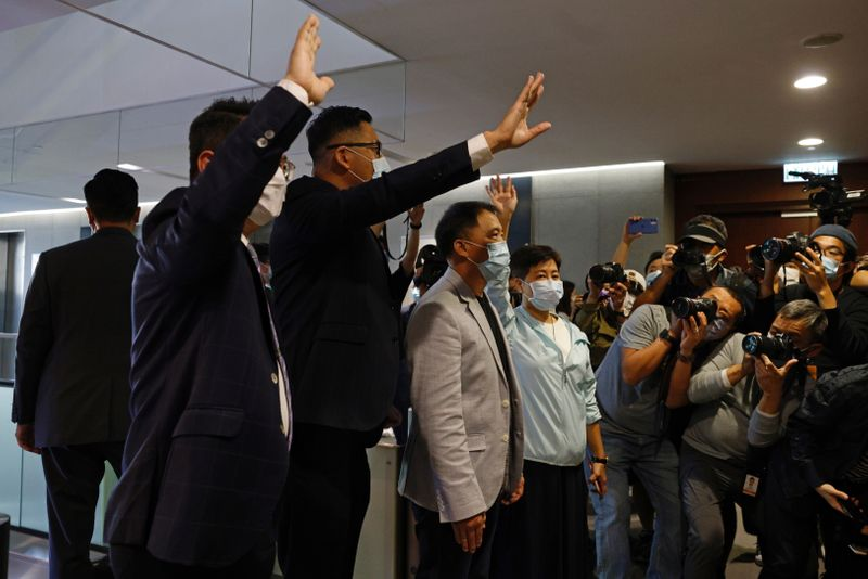 © Reuters. Pro-democracy legislators Helena Wong, Wu Chi-wai, Andrew Wan and Lam Cheuk-ting wave to media after handing in their resignation letters in Hong Kong