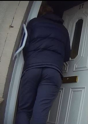 Shocking: A salesman breaks Covid restrictions to enter the homes of the elderly without wearing a mask