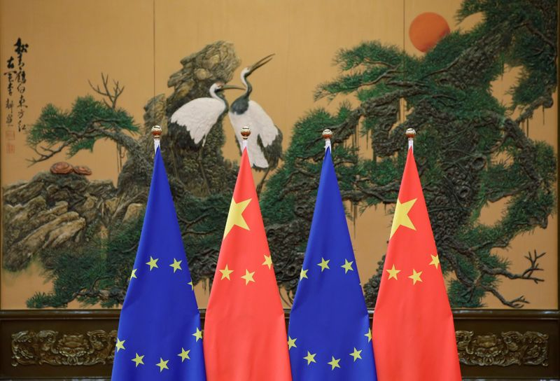 © Reuters. Flags of European Union and China are pictured during the China-EU summit in Beijing