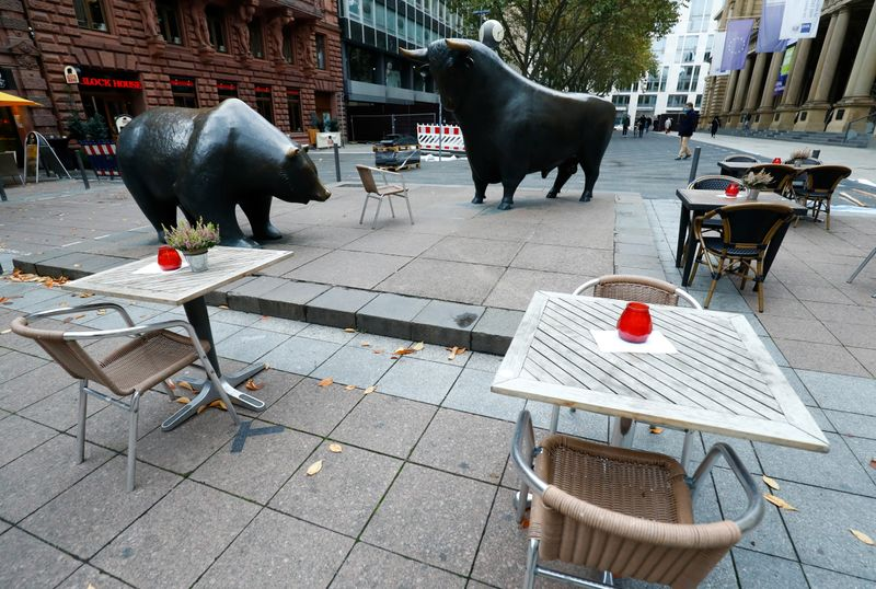 © Reuters. Empty tables are pictured in front of the bull and bear statues outside Frankfurt's stock exchange as the coronavirus disease (COVID-19) outbreak continues in Frankfurt