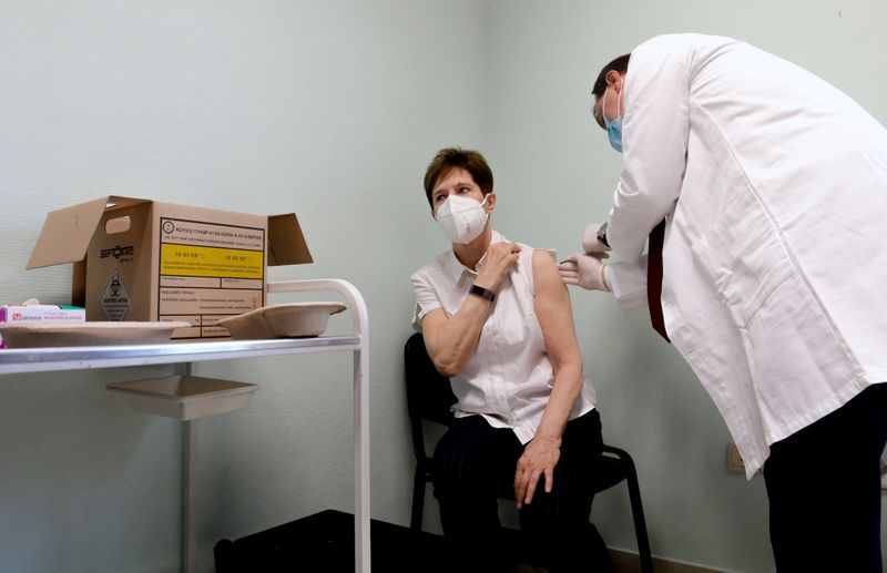 © Reuters. FILE PHOTO: Healthcare worker Kertesz receives Pfizer-BioNTech COVID-19 vaccine in Budapest