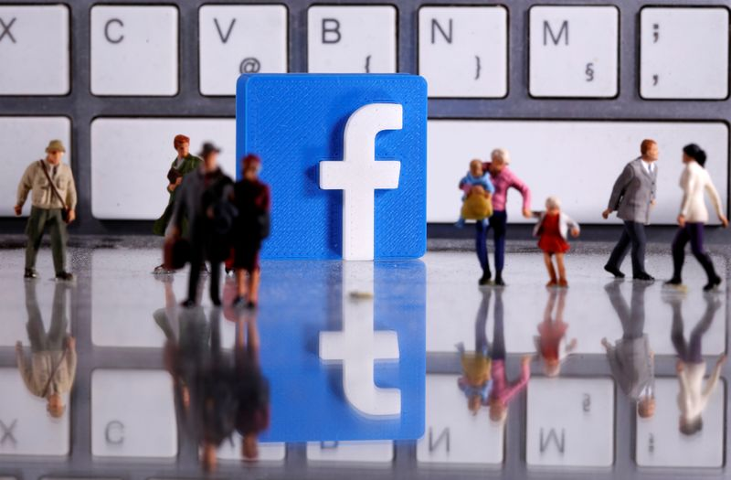© Reuters. FILE PHOTO: A 3D printed Facebook logo