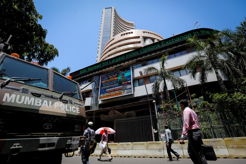 © Reuters.  India shares higher at close of trade; Nifty 50 up 0.90%