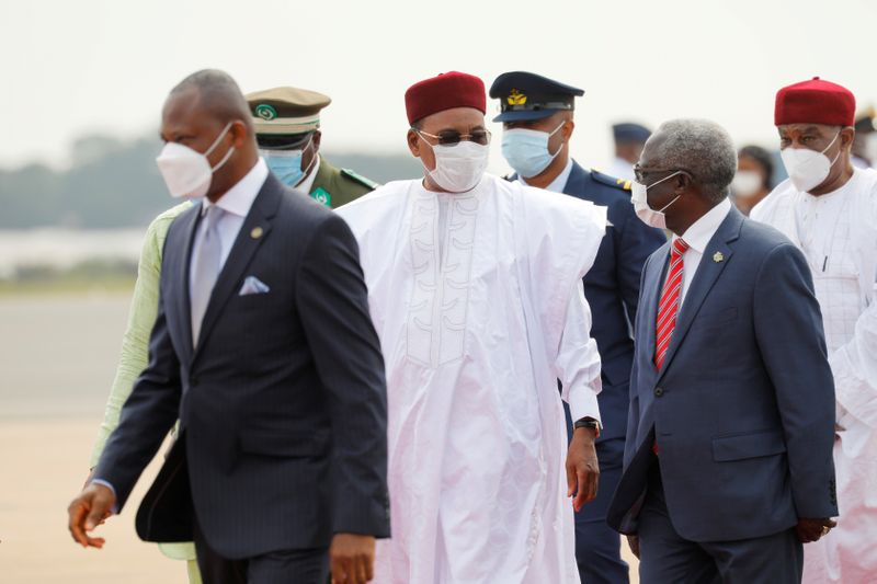 © Reuters. Niger's President Mahamadou Issoufou arrives at the airport for the Economic Community of West African States (ECOWAS) consultative meeting in Accra