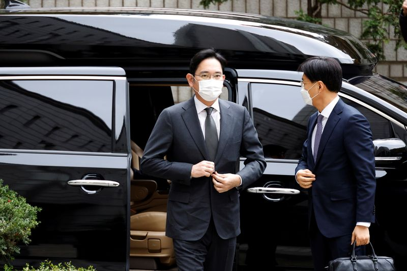 © Reuters. FILE PHOTO: Samsung Group heir Jay Y. Lee arrives at a court in Seoul