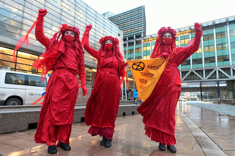 © Reuters. Protest outside court during a hearing in a case against Royal Dutch Shell, in The Hague
