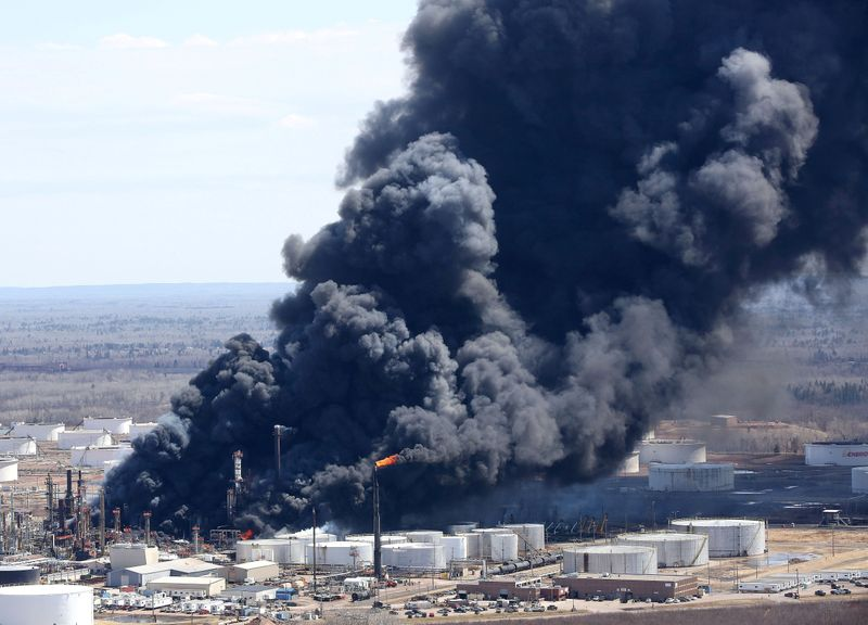 © Reuters. FILE PHOTO: Dark smoke rises from Husky Energy oil refinery following an explosion in Superior Wisconsin