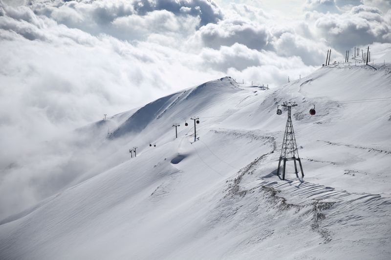 © Reuters. FILE PHOTO: A general view shows the Tochal ski resort, in north of Tehran