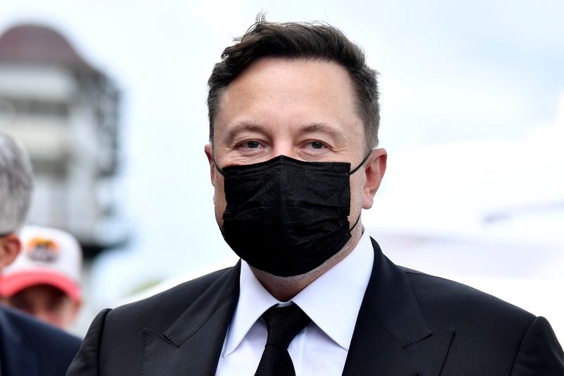 © Reuters. FILE PHOTO: Elon Musk wears a protective mask as he arrives to attend a meeting with the leadership of the conservative CDU/CSU parliamentary group, in Berlin