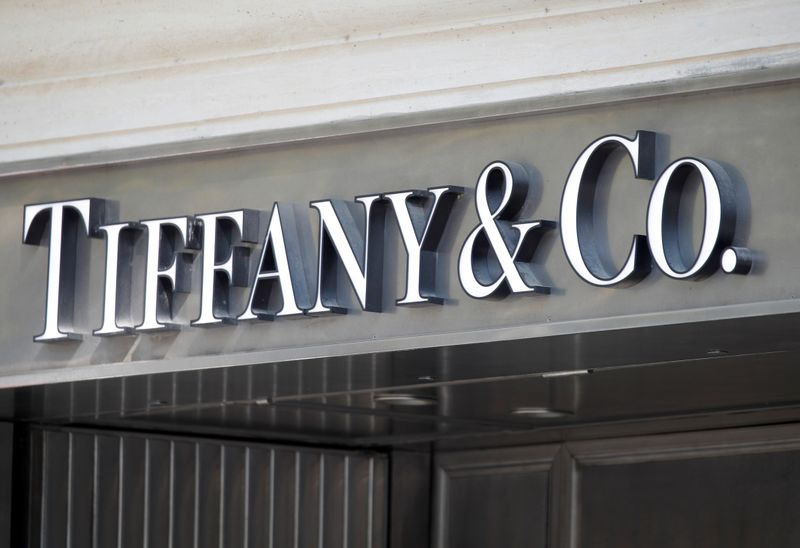 © Reuters. FILE PHOTO: Tiffany & Co. logo outside a store in Paris