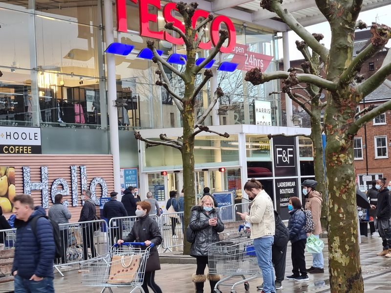 © Reuters. FILE PHOTO: Shopping amid COVID-19 outbreak in London