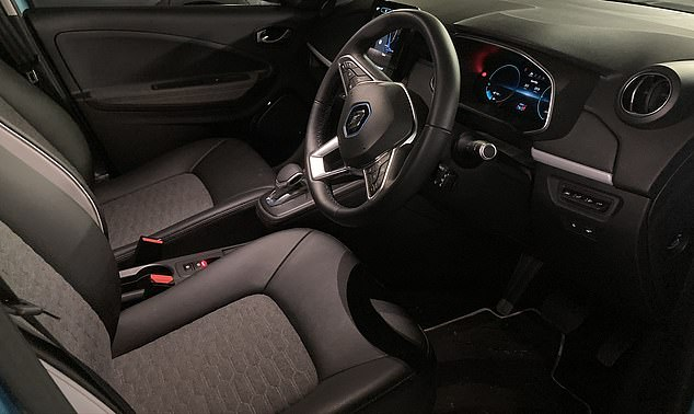 Inside the R135 GT Line specification Zoe are synthetic leather and fabric seats and an interior mixing plastic and fabric. It is well laid out and comfortable but not luxurious