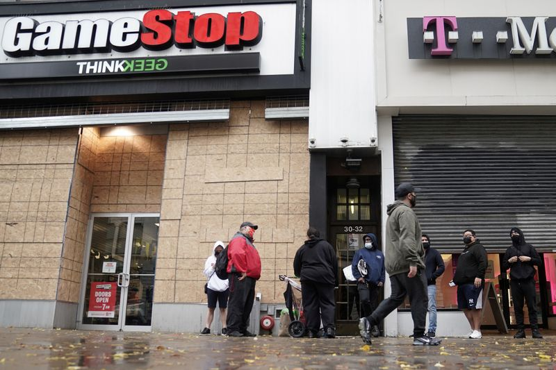 © Reuters. FILE PHOTO: FILE PHOTO: Outside a GameStop store people line up to purchase a Sony PS5 gaming console