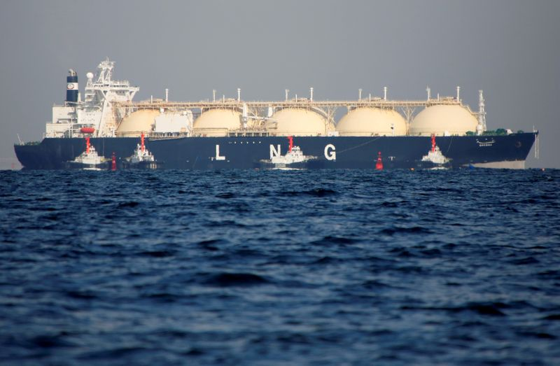 © Reuters. FILE PHOTO: A LNG tanker is tugged towards a thermal power station in Futtsu