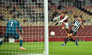 Aubameyang can't get the better of Dubravka.