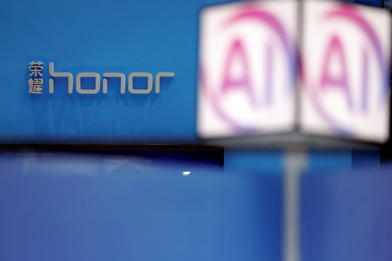 © Reuters. Honor logo is displayed at company's booth during Global Mobile Internet Conference (GMIC) at the National Convention in Beijing