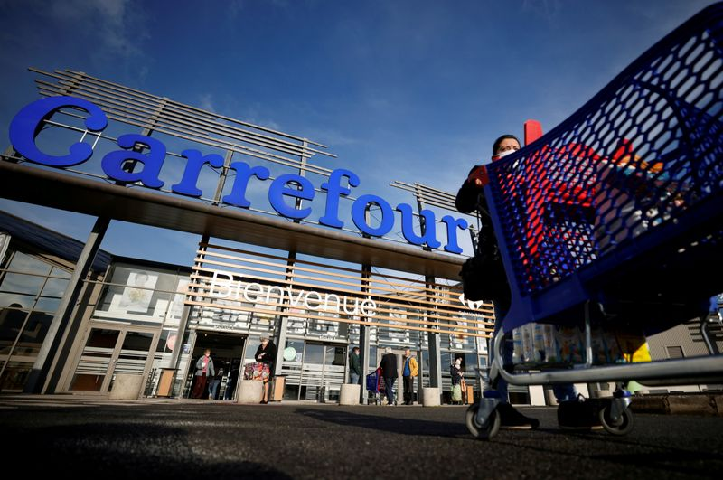 © Reuters. FILE PHOTO: Carrefour Hypermarket store in France