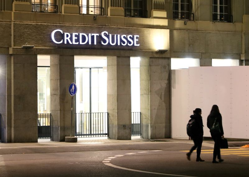 © Reuters. FILE PHOTO: The logo of Swiss bank Credit Suisse is seen in Bern