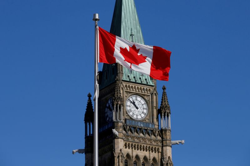 © Reuters. FILE PHOTO: Canadian flag flies in front of the Peace Tower on Parliament Hill in Ottawa