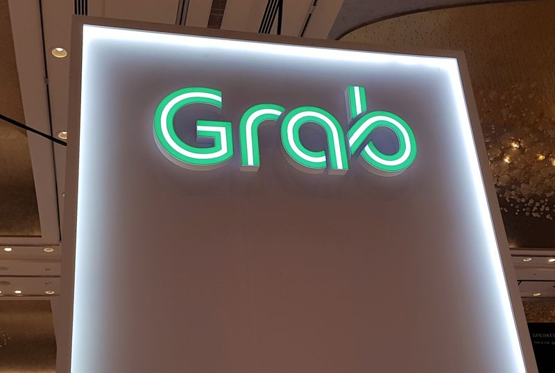 © Reuters. FILE PHOTO: A Grab logo is pictured at the Money 20/20 Asia Fintech Trade Show in Singapore