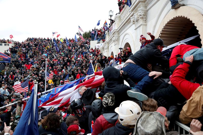 © Reuters. FILE PHOTO: Supporters of U.S. President Donald Trump storm into the U.S. Capitol