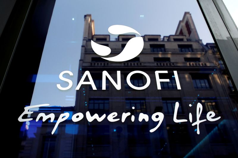 © Reuters. FILE PHOTO: FILE PHOTO: Sanofi logo is seen during the company's annual results news conference in Paris, France