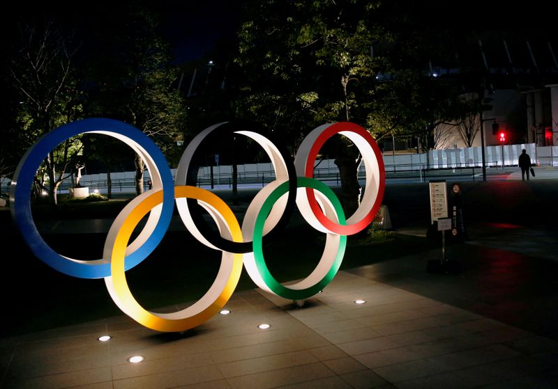 © Reuters. FILE PHOTO: Olympic rings are seen near the National Stadium in Tokyo