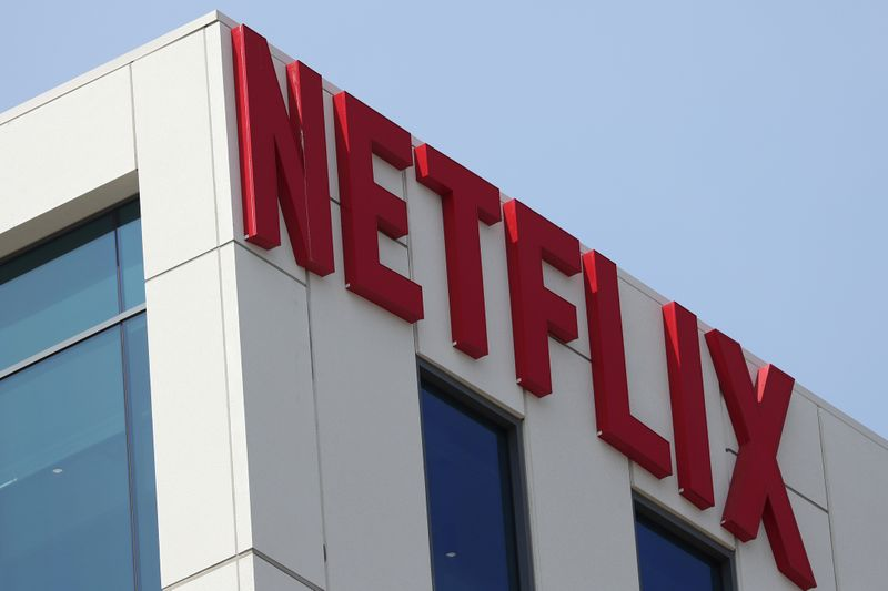 © Reuters. FILE PHOTO: The Netflix logo is seen on the company's office in Hollywood, Los Angeles