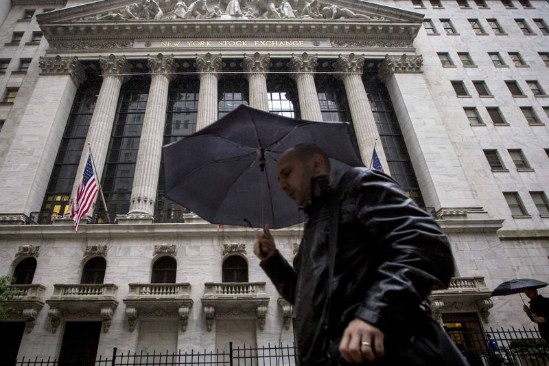 © Reuters.  U.S. shares mixed at close of trade; Dow Jones Industrial Average down 0.37%