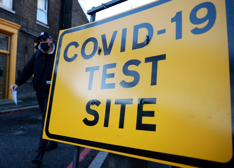 © Reuters. A man walks past a testing site sign, amid the coronavirus disease (COVID-19) pandemic, in London