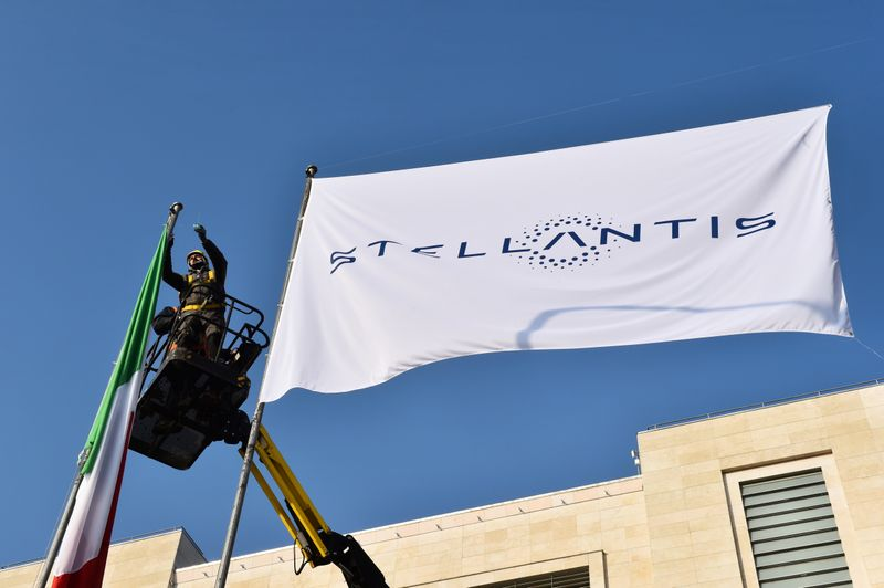 © Reuters. FILE PHOTO: Stellantis debuts on Milan and Paris stock exchanges