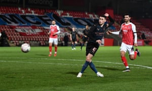 Phil Foden misses a big chance.