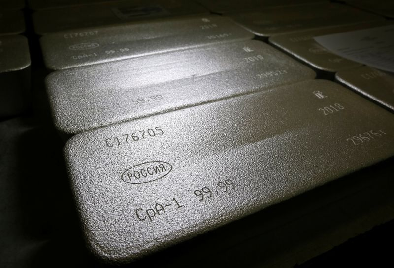 © Reuters. FILE PHOTO: Ingots of 99.99 percent pure silver are seen at the Krastsvetmet non-ferrous metals plant in the Siberian city of Krasnoyarsk