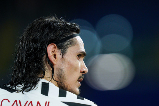 Edinson Cavani agrees new one-year deal to stay at Manchester United
