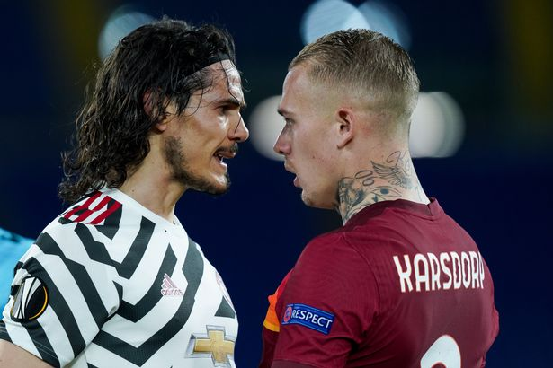 Edinson Cavani of Manchester United argues with Rick Karsdorp of AS Roma