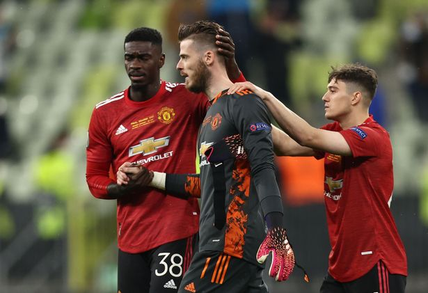 Manchester United's David de Gea looks dejected with teammates after missing a penalty during the shootout
