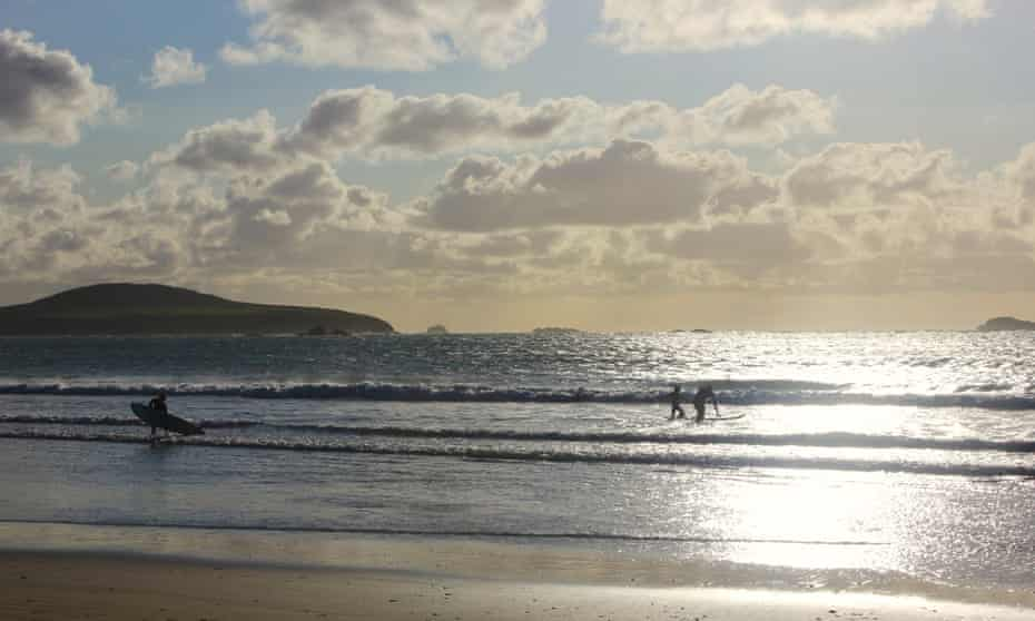 whitesands Charlottebay with sun and surfers