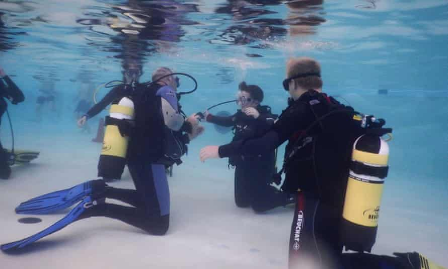 Easy Divers practise skills in a swimming pool