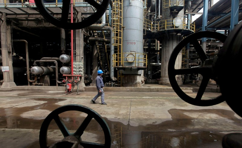 Oil Near $71 After Sell-Off as Traders Weigh Consumption, Dollar